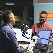 David Lesbarrères en studio avec l'animateur Éric Robitaille