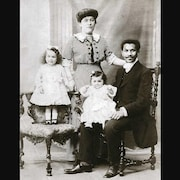 Photo en noir et blanc de la famille de Joseph Laroche, seul passager noir du Titanic