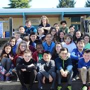 La classe de 6e année de Julie Lavallée dans la cour d'école