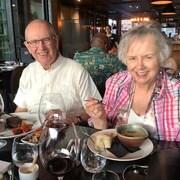 Marcel et Louise Lavallée d'Edmonton sont attablés dans un restaurant sur un bateau de croisière