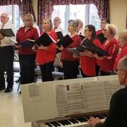 Les membres de la chorale des Troubadours de Sudbury, en performance
