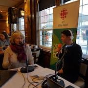 La présidente d'honneur du festival Cinoche de Baie-Comeau, Micheline Lanctôt, en entrevue avec Bis Petitpas au Grand Hôtel de Baie-Comeau.