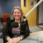 La ministre de la Prospérité de la classe moyenne, Mona Fortier, est assise dans un studio avec un micro devant elle.