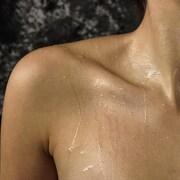 Une femme sue pendant qu'elle est dans un sauna.