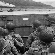 Des soldats américains s'apprêtent à débarquer sur les plages de Normandie, le 6 juin 1944.