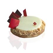 Le gâteau au fromage blanc et rouge à la cerise et au chocolat créé par la pâtisserie Nadège à Toronto