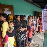 Des indiennes font la file pour voter.