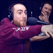 Photo de Phil Roy qui pointe son doigt vers quelque chose qu'on ne voit pas.