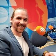 Yannick Gagnon en studio face à la caméra