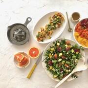 Une orange en quartiers, une salade roquette, avocat, oragnes et fromage bleu et un carpacio à l'orange et au thé.