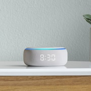 Le haut-parleur Echo Dot, d'Amazon sur une commode.