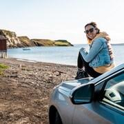 MJ Lalande est assise sur une voiture et admire la vue d'English Harbour, à Terre-Neuve et Labrador.