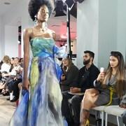 Une mannequin qui porte robe du designer TOMÉ lors d'un défilé de la Semaine de la mode de Toronto.