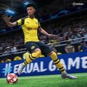 Extrait du jeu vidéo FIFA 2020 où l'on voit un joueur portant un maillot jaune s'apprêter à donner un coup de pied au ballon.