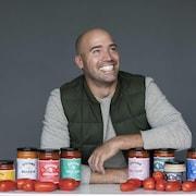 Stefano Faita pose avec sa gamme de produits.
