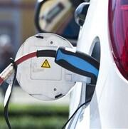 Une voiture électrique est rechargée.
