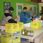 Des gens qui s'approvisionnent en aliments dans la banque alimentaire du Yukon