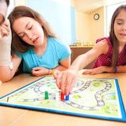 Des jeunes jouent à un jeu de société en groupe.