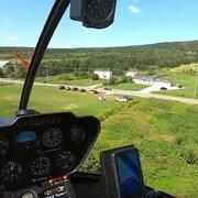 Vue d'hélicoptère sur un paysage verdoyant.