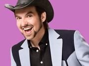MC Gilles, animateur de l'émission PaparaGilles portant un chapeau de cowboy et arborant un grand sourire