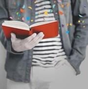 Homme qui tient un livre dans ses mains avec confettis qui volent au vent, logo ICI on lit.