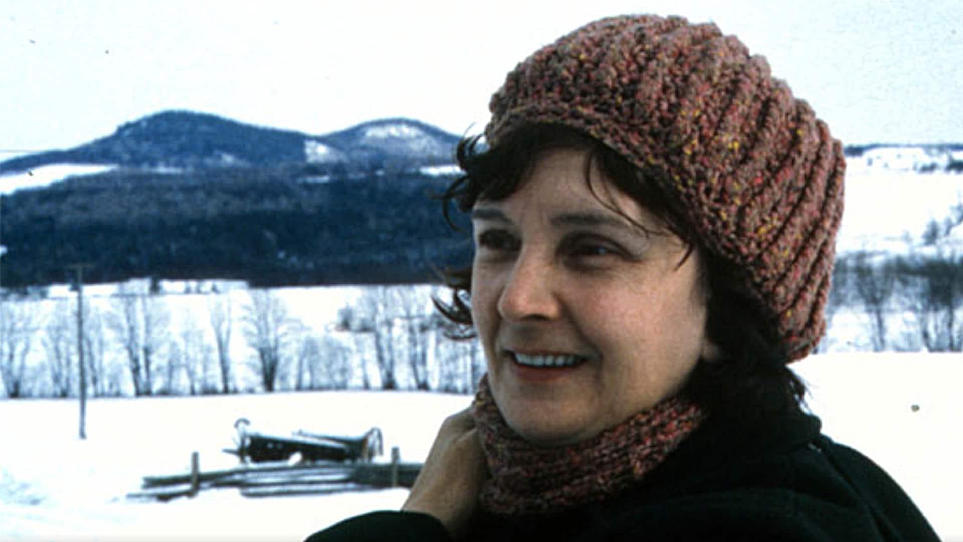 Simonne Monet-Chartrand apparaît en hiver, vêtue d'un bonnet.