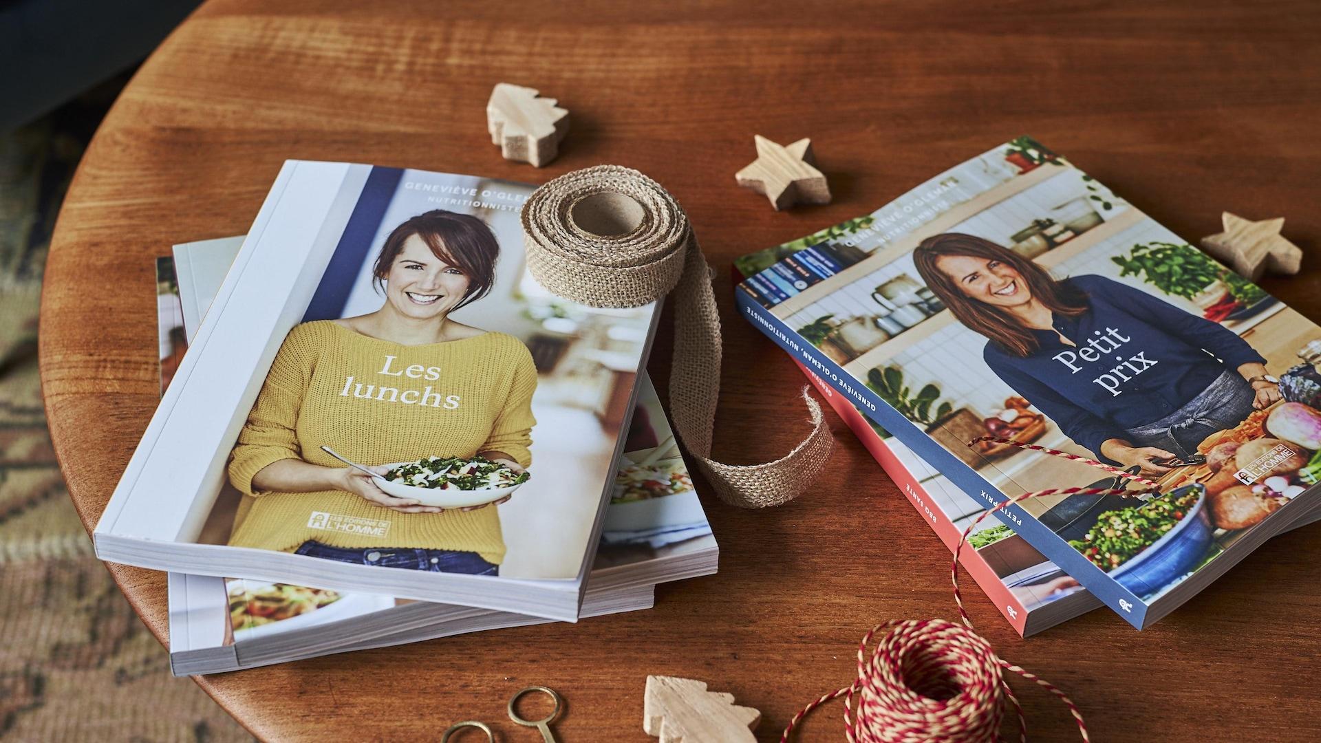 La collection de livres de recettes de la nutritionniste Geneviève O'Gleman est déposée sur une table en bois.