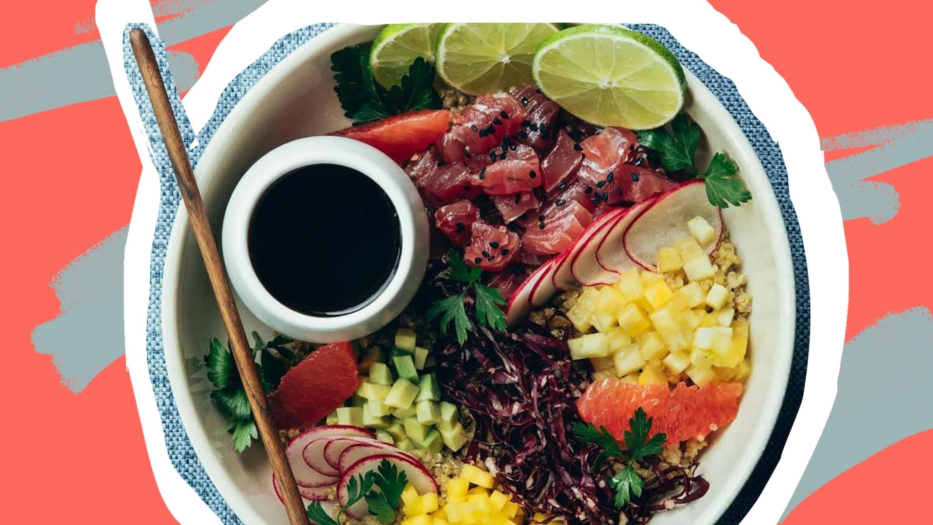Un poké bol avec du saumon, des mangues, et toutes sortes d'ingrédients