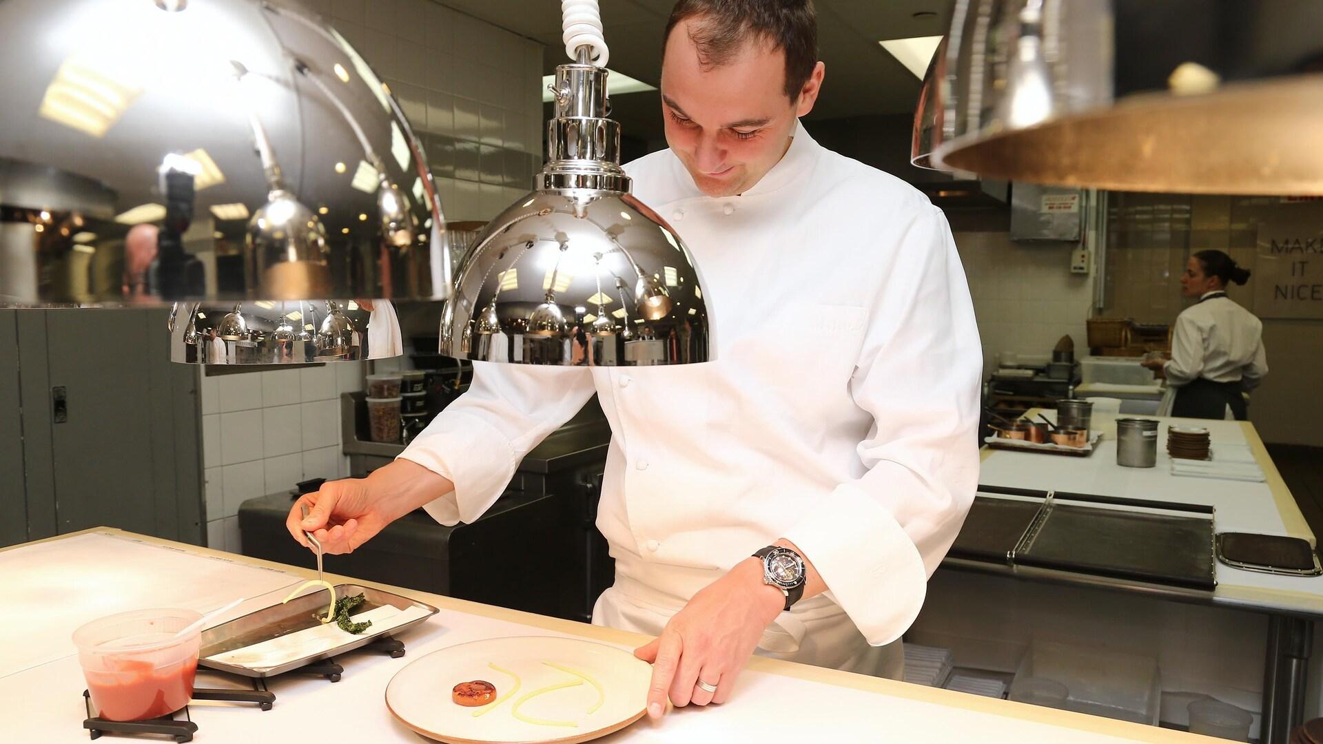 Le chef Daniel Humm dans la cuisine du restaurant.