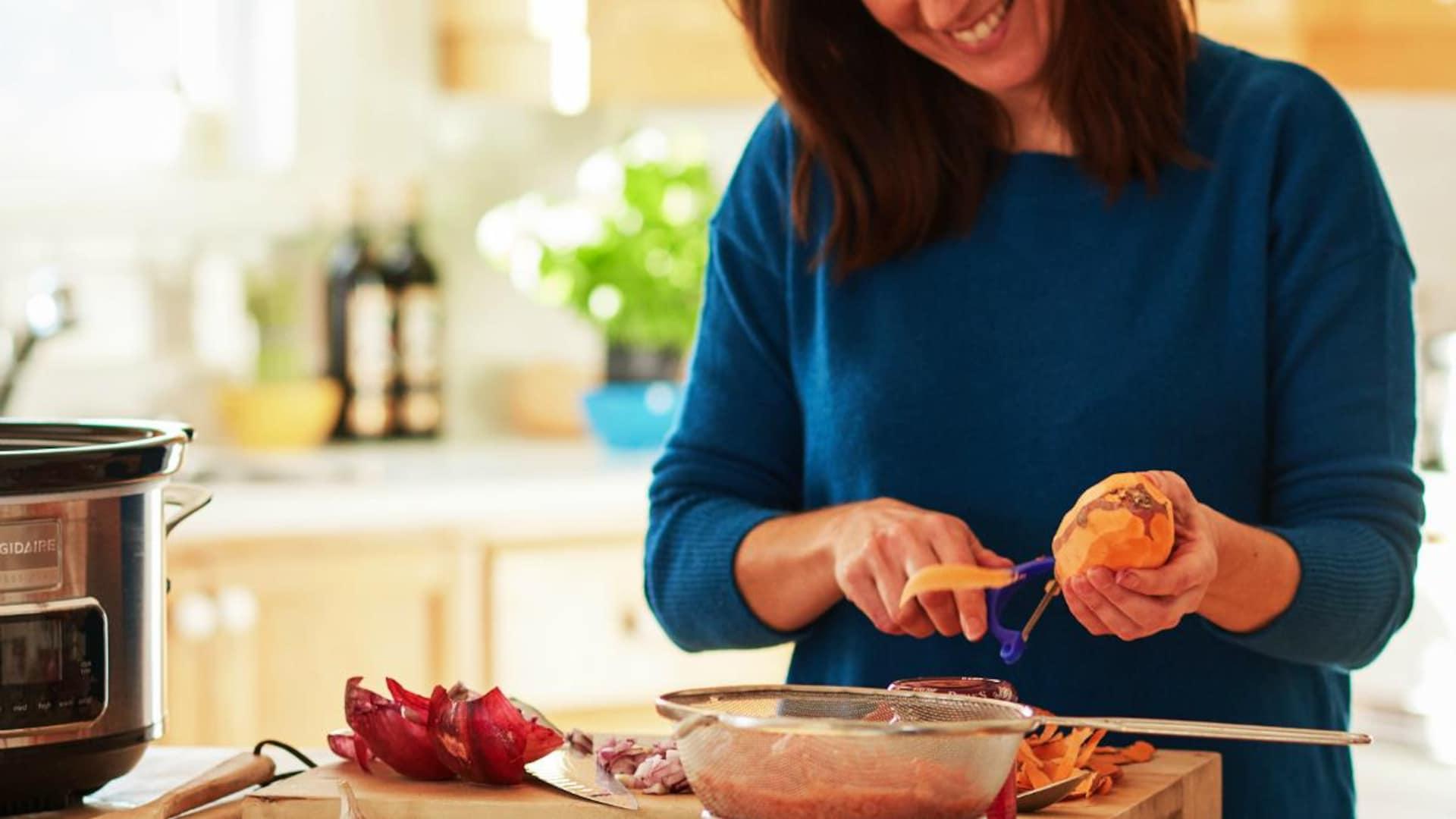 Geneviève O'Gleman qui pèle une pomme de terre douce.
