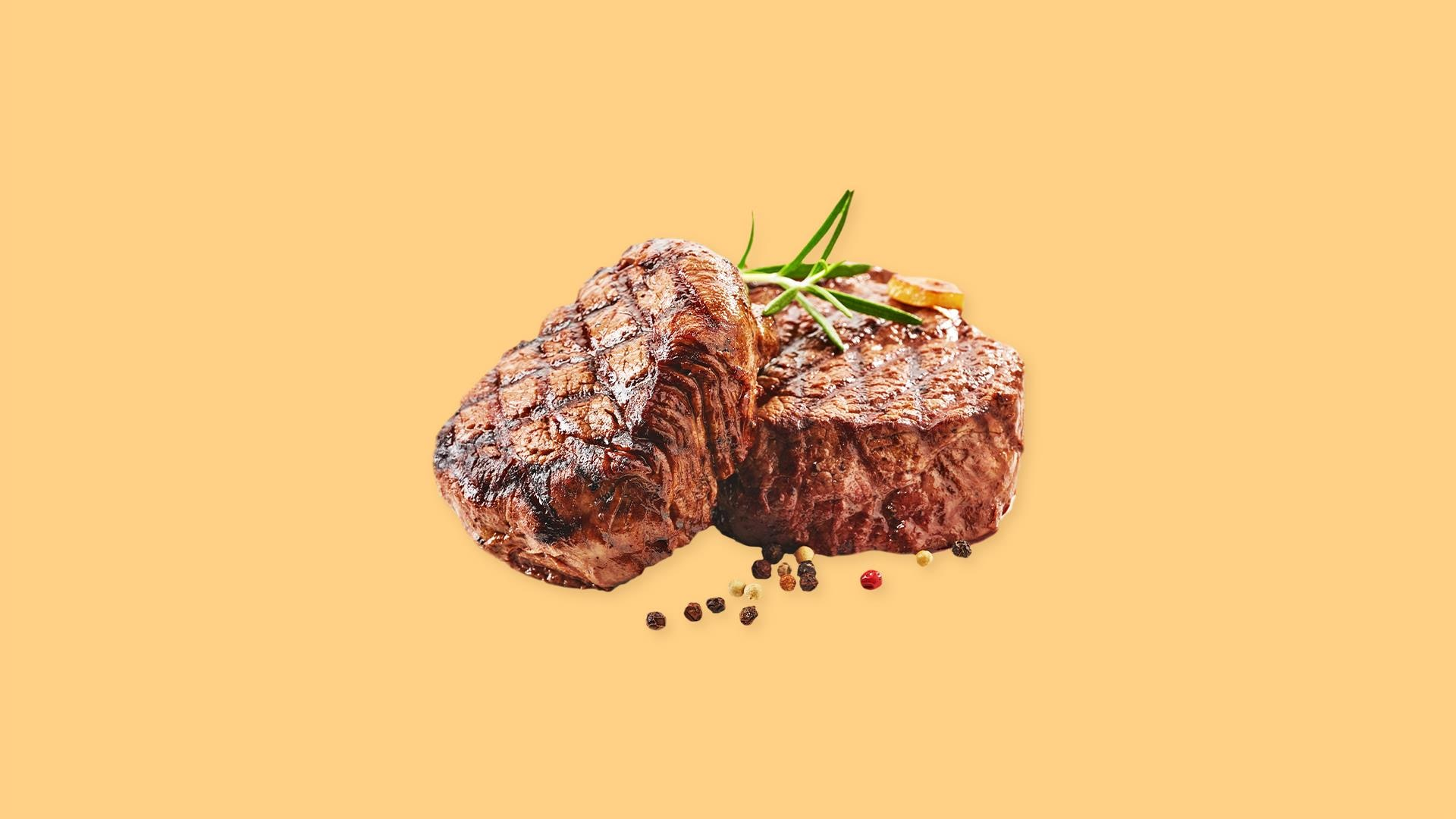 Deux morceaux de bœuf grillés.