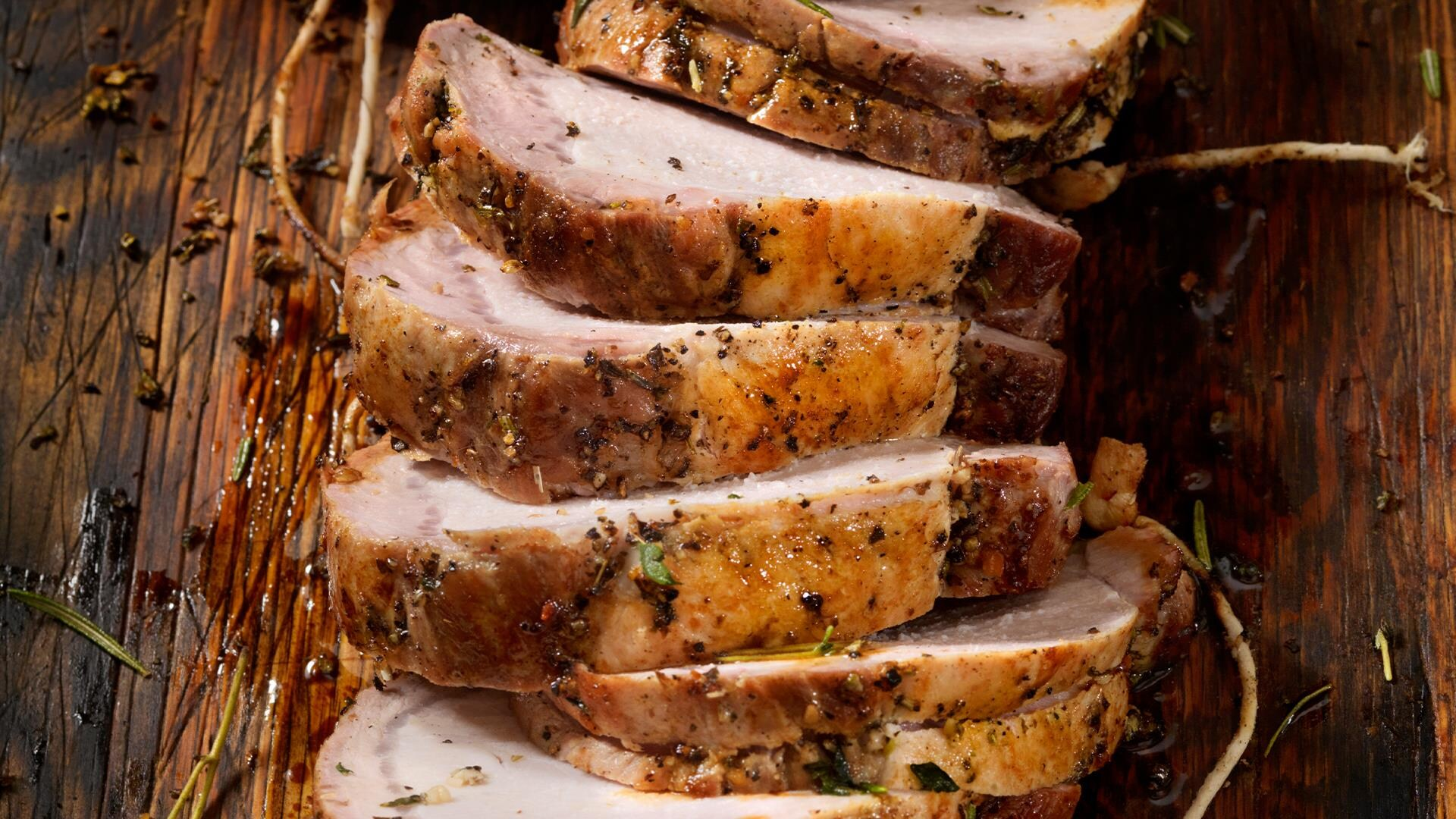 Tranches de porc rôti, garni de fines herbes et de poivre.