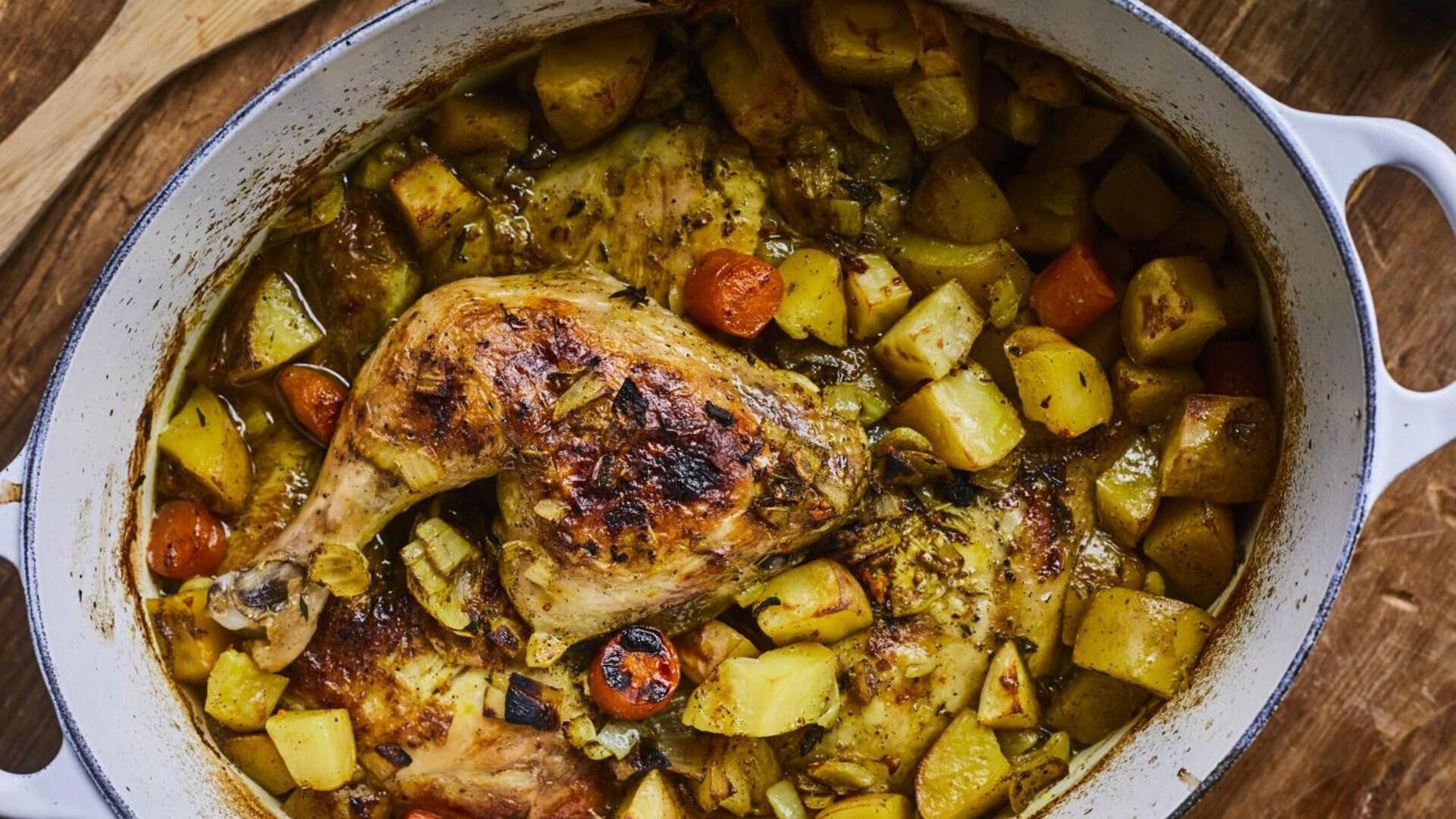 Un colombo de poulet grillé dans un grand plat de cuisson.