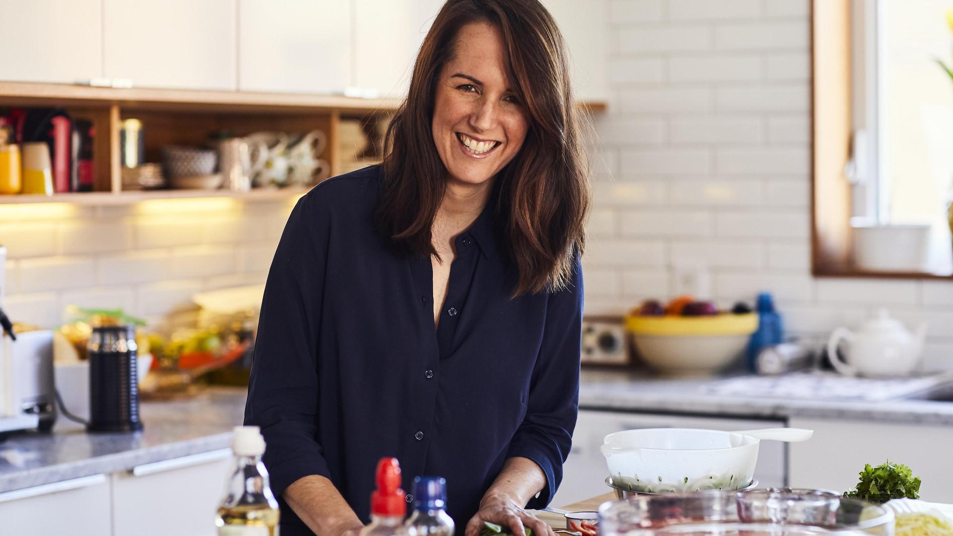 Geneviève O'Gleman place des aliments sur un îlot de cuisine.
