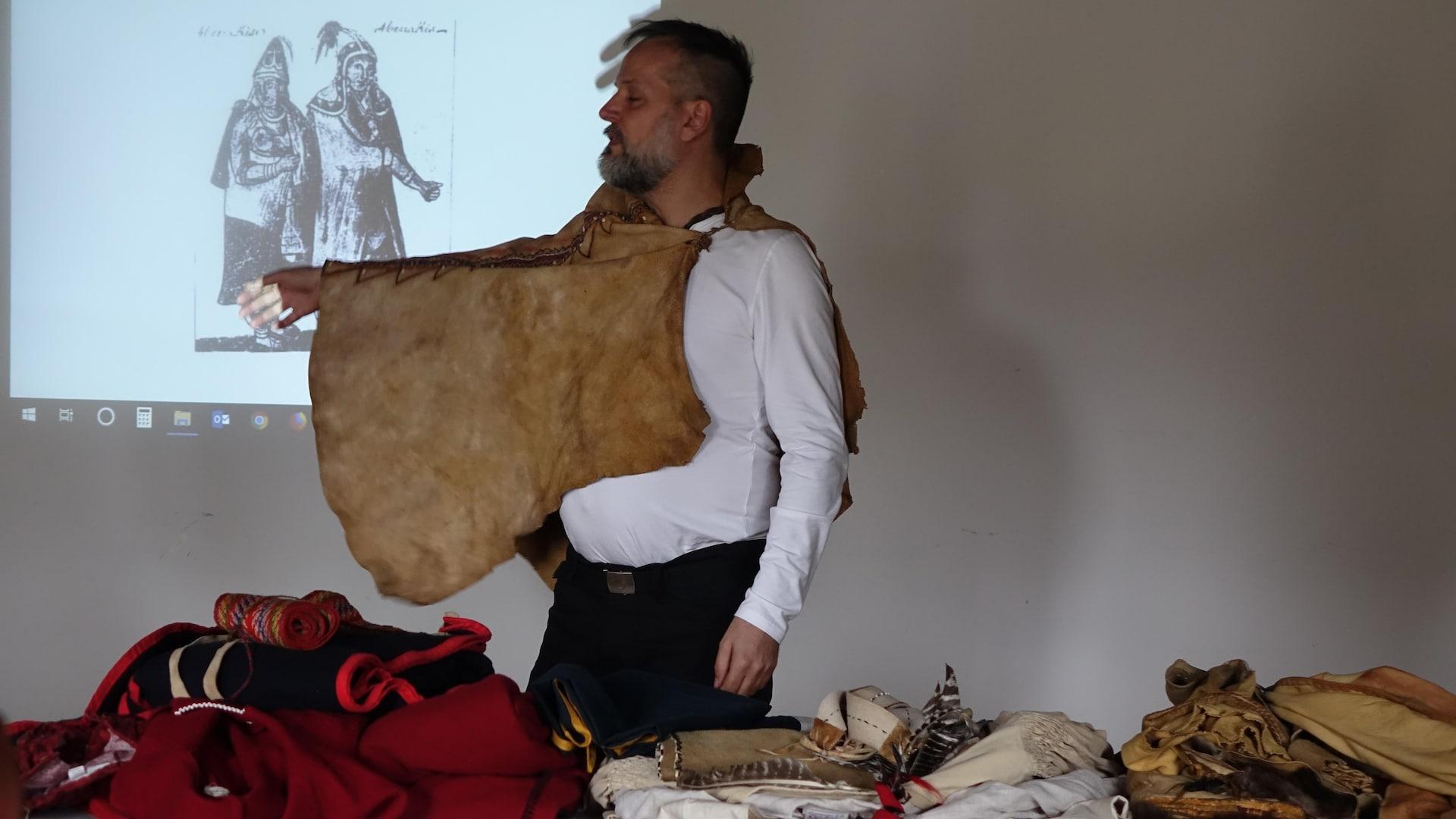 Homme vêtu d'un haut de peau