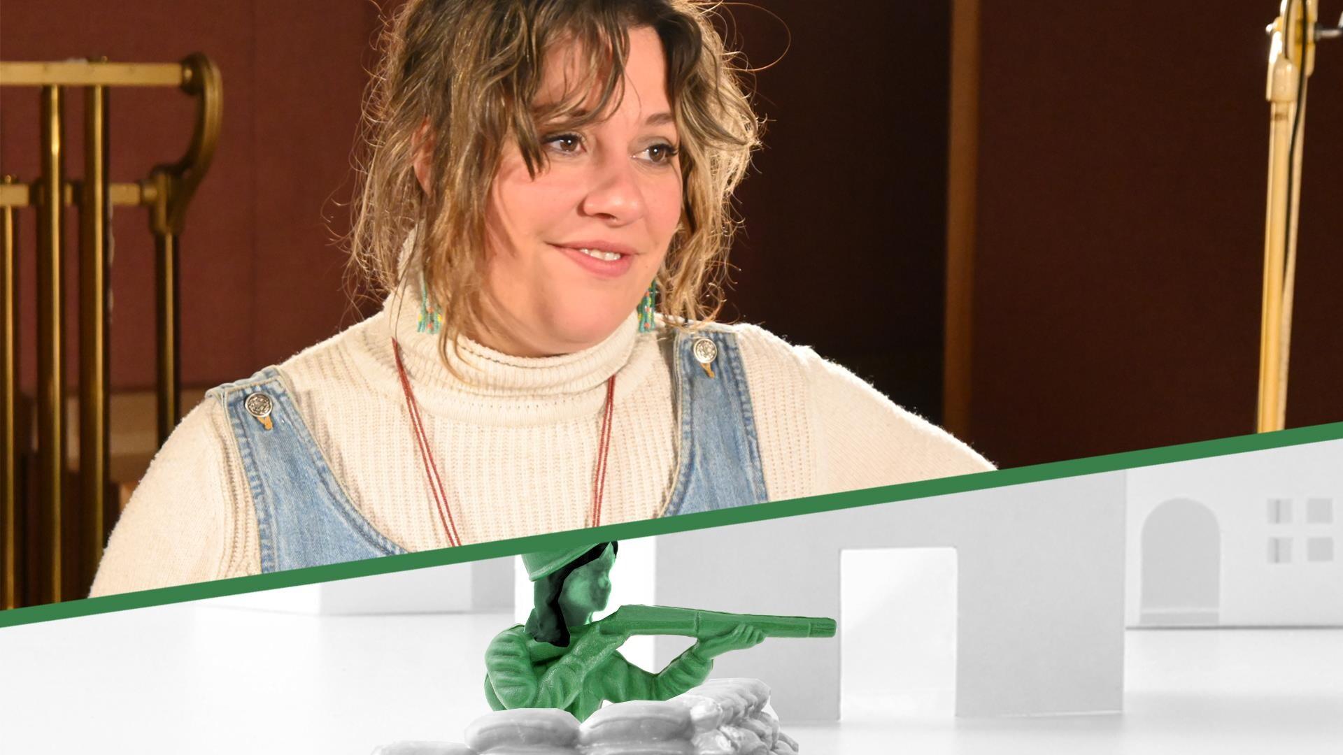 La comédienne Andrina Turenne, en studio devant son lutrin.