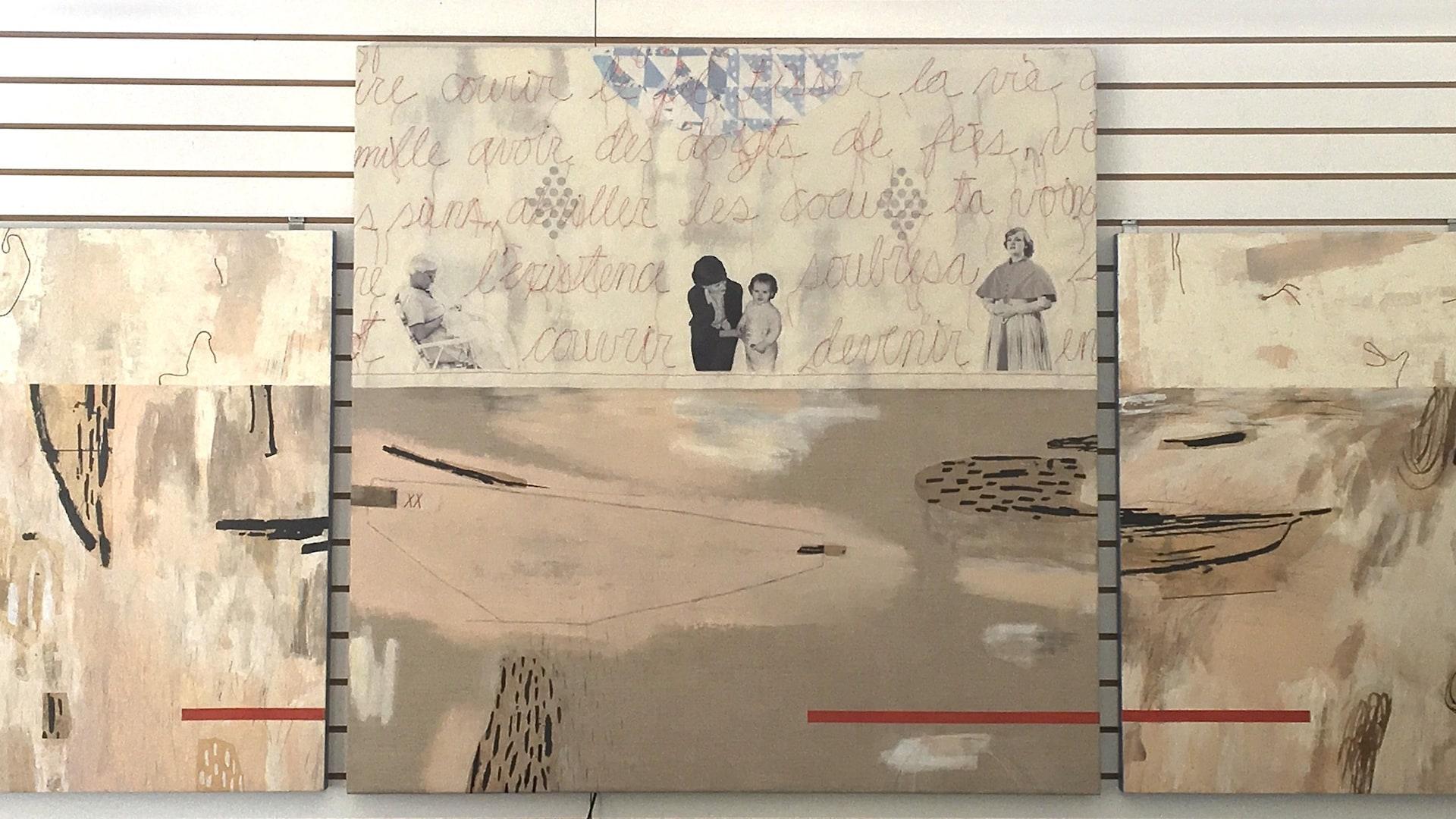 L'oeuvre d'art de l'artiste visuelle Anne Brochu Lambert. Il y a trois panneaux peint à l'encaustique. On y a ajouter des photos de sa grand-mère, de sa mère et de sa fille.