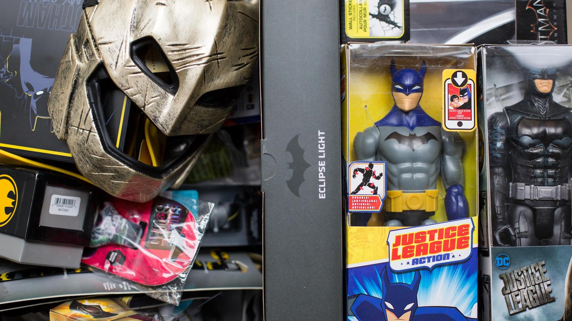 Dans une boîte sont rassemblés un masque, des figurines et d'autres objets divers.