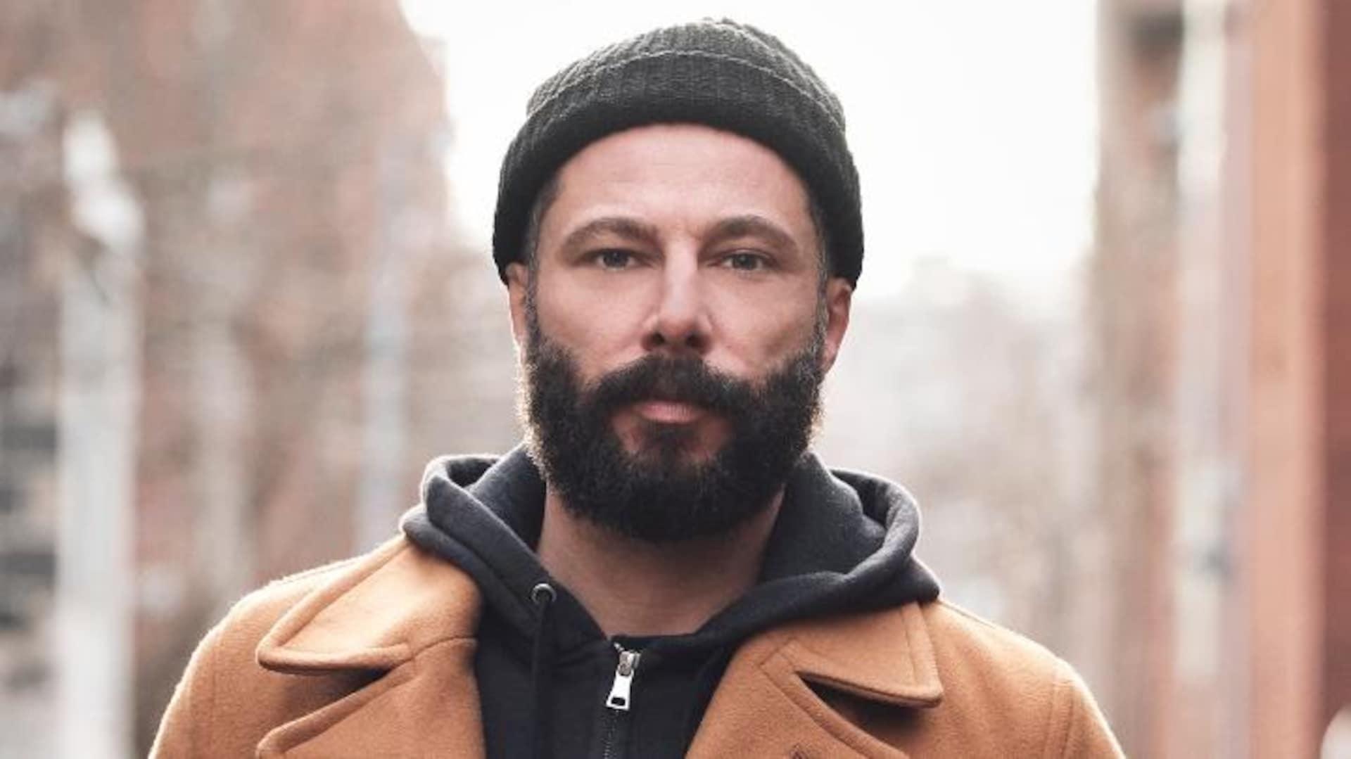 Portrait de Benoit Pinette qui porte une tuque et un manteau, dehors.