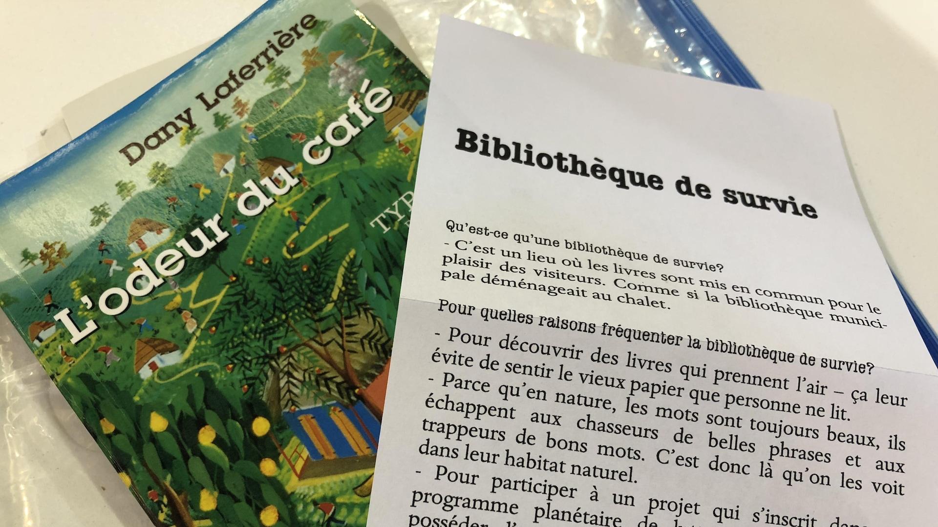 Livre de Dany Laferrière et un document explicatif au sujet des bibliothèques de survie