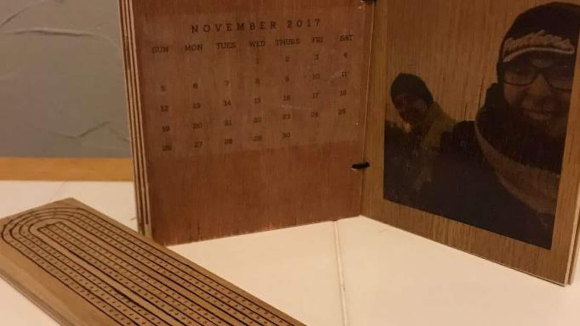 Une planche de crib et un cadre photo fabriqués en bois recyclé.