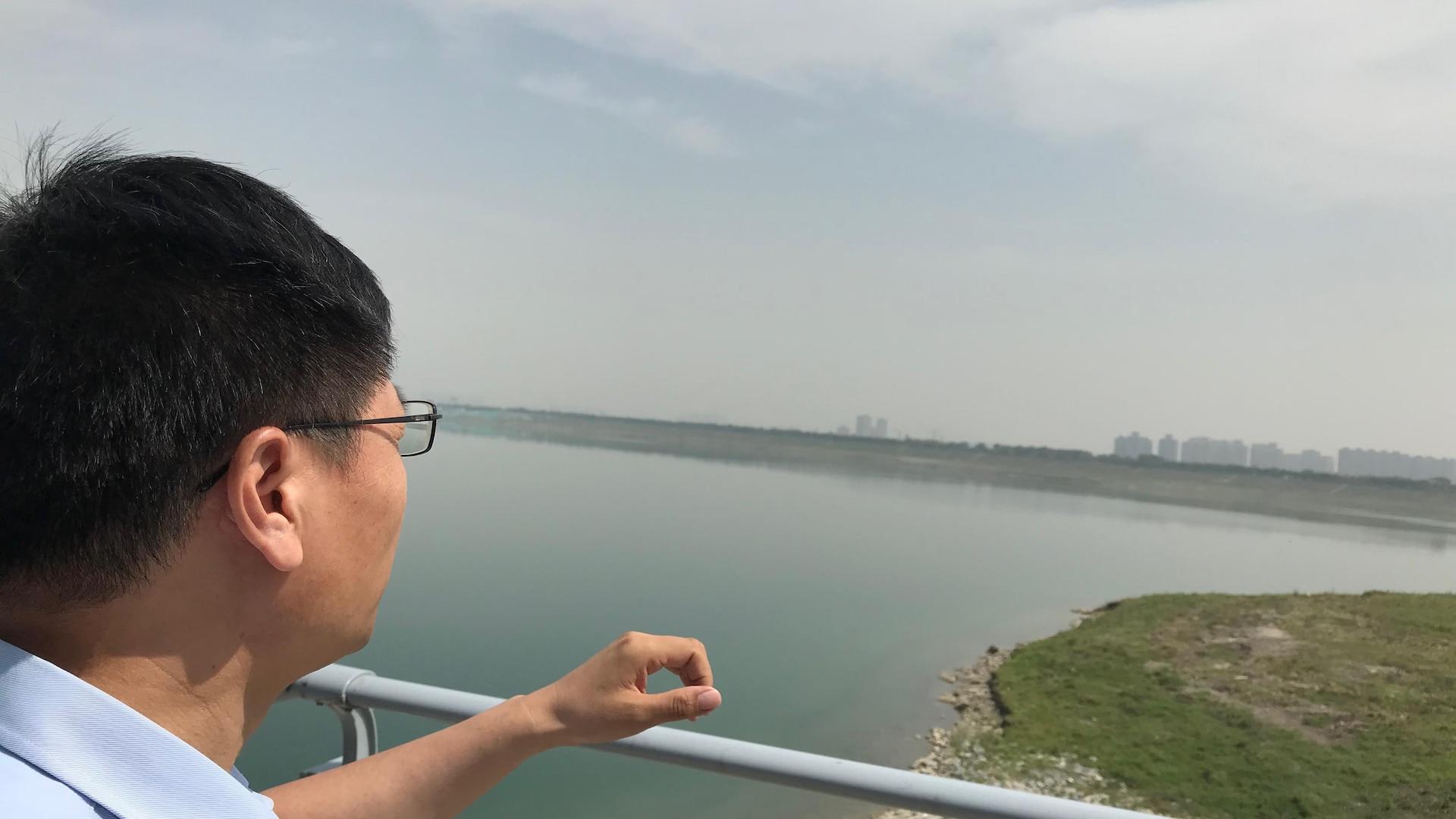 Liu Jinshu pointe l'horizon au loin