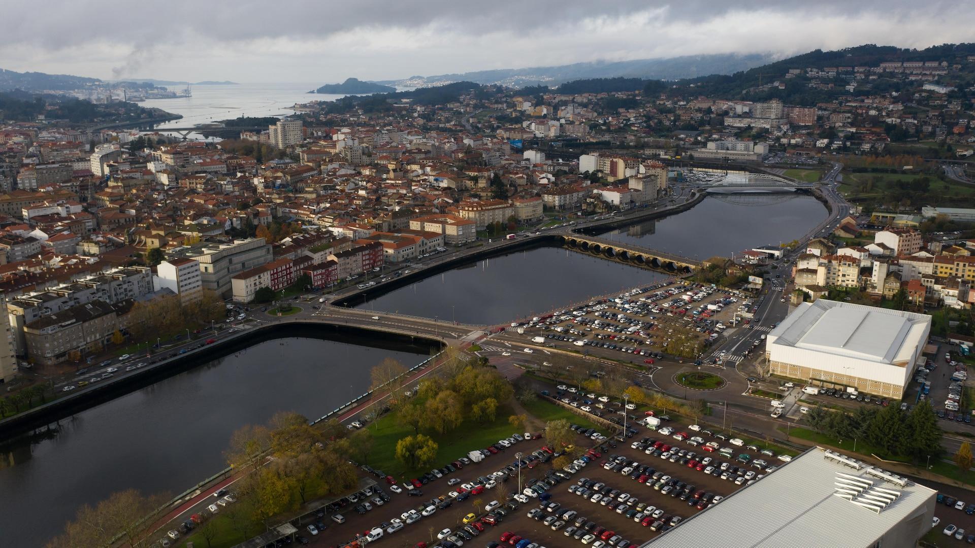 Image aérienne de Ponteverda, avec un stationnement de voitures de l'autre côté de la rive.