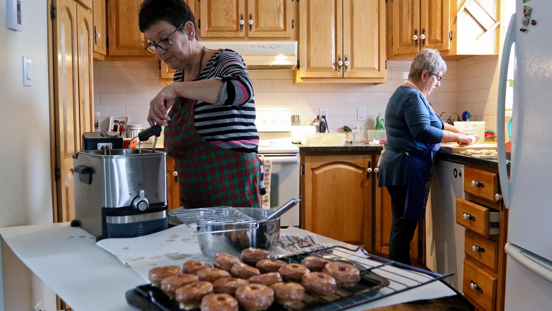 Deux cuisinières à l'oeuvre.