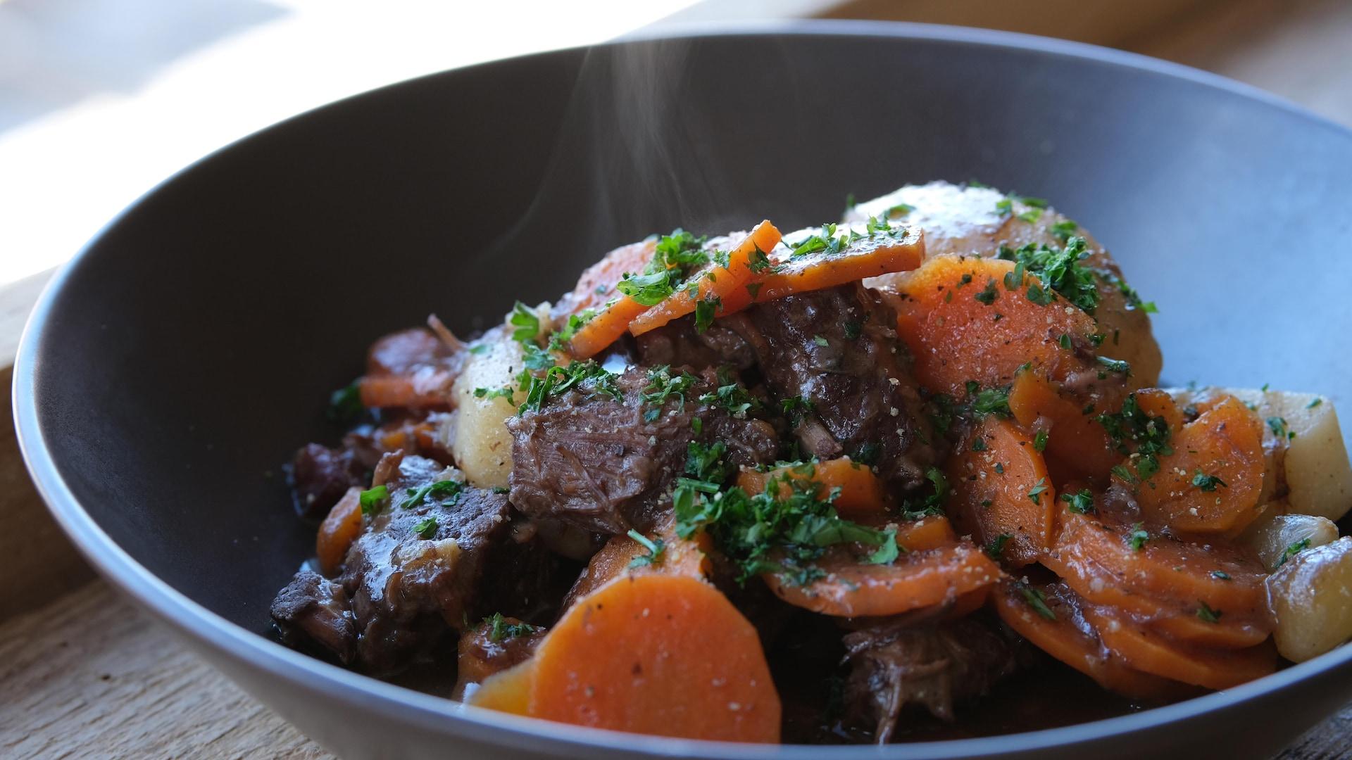 Un plat de bœuf bourguignon.