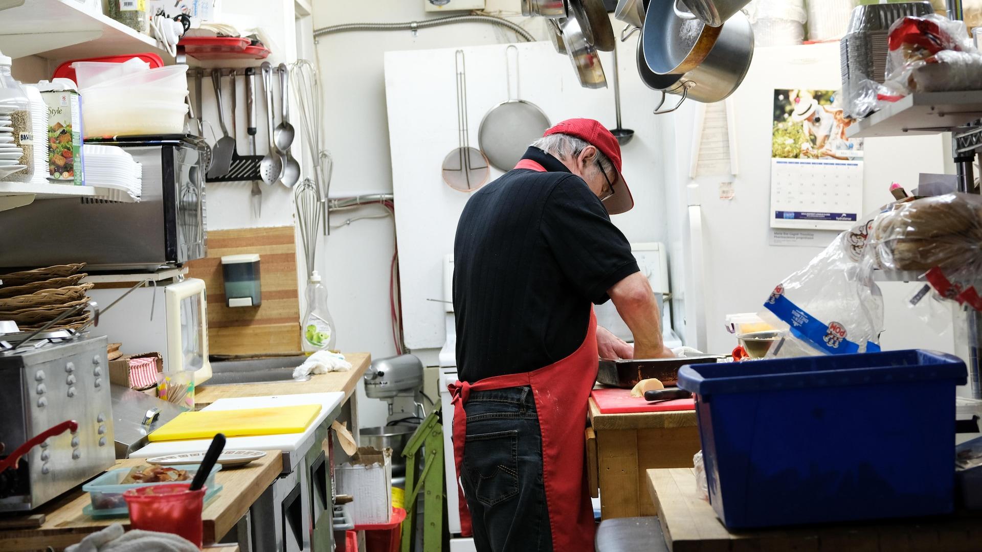 Enseignant en cuisine, il a quitté la Pologne à la fin des années 80 pendant la guerre civile pour se réfugier à Québec.