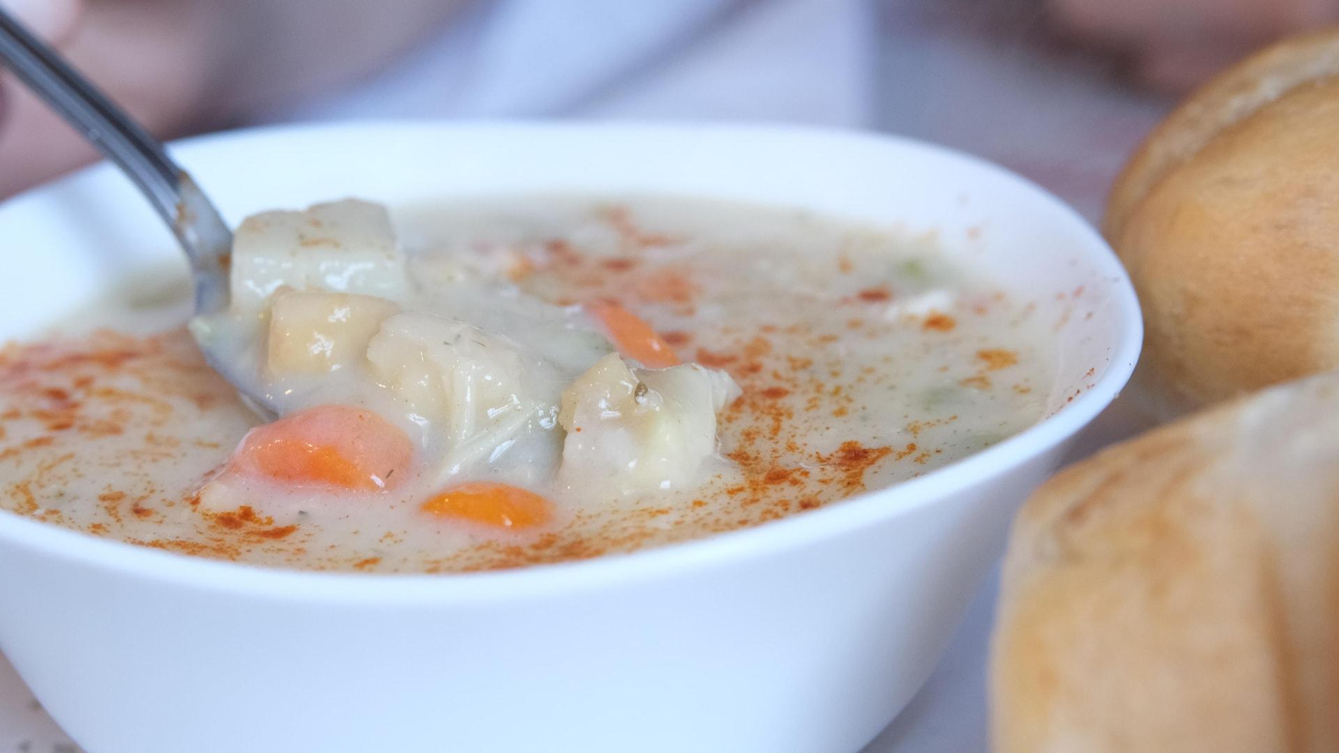 La chaudrée de fruits de mer saupoudrée de paprika de Sandeannie's Bakery & Tea Room à Port Hood en Nouvelle-Écosse.
