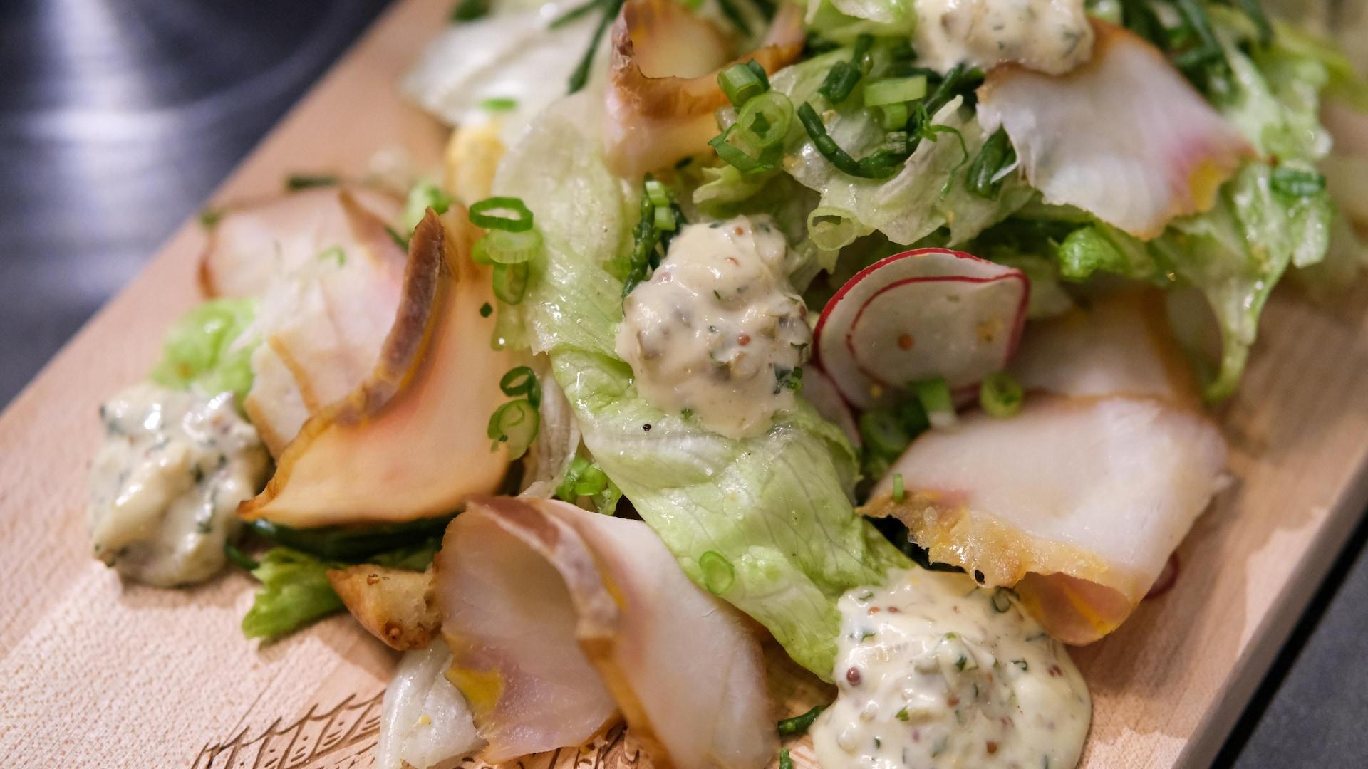 L'entrée d'esturgeon noir fumé de la brasserie Les mordus avec laitue iceberg, radis, salicorne et sauce gribiche.