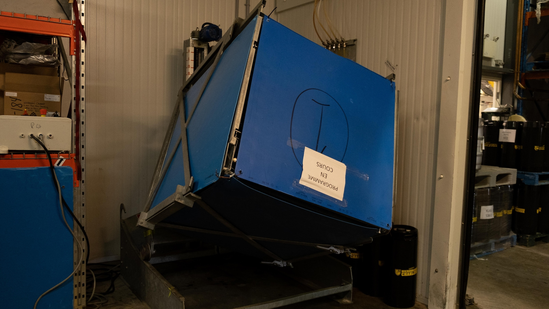 Une grosse boîte bleue dans une usine.