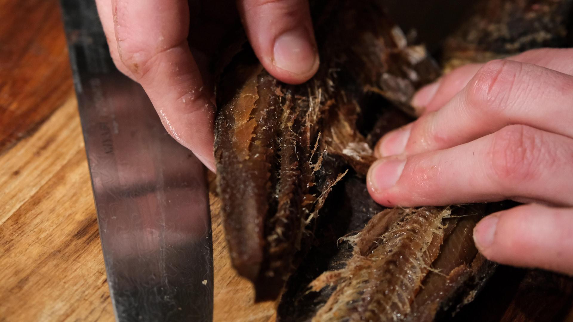 Le chef François-Emmanuel Nicol apprêt les filets de hareng fumé. Tout sera utilisé, même les arêtes.
